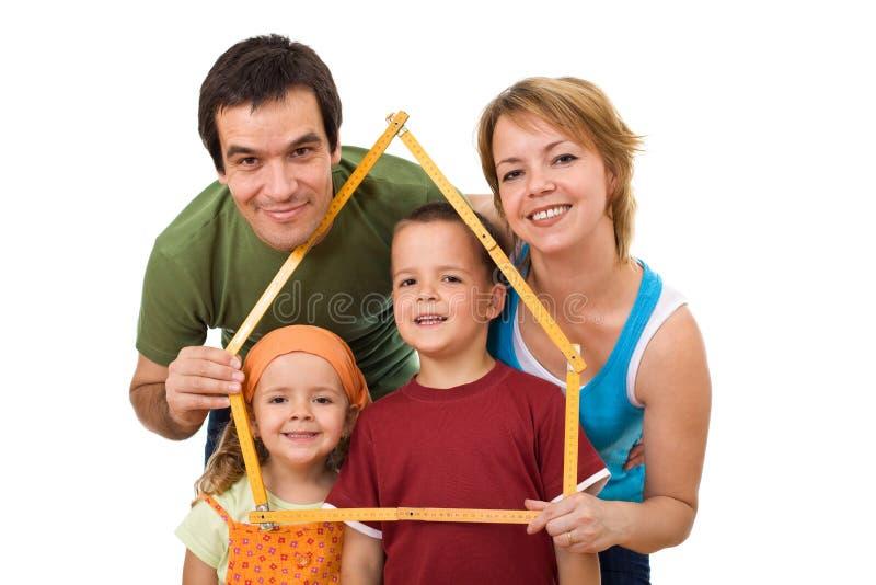 Famiglia felice con i loro bambini - concetto del bene immobile immagini stock