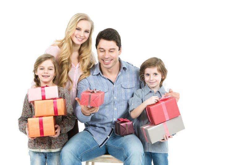 Famiglia felice con il contenitore di regalo isolato immagine stock libera da diritti