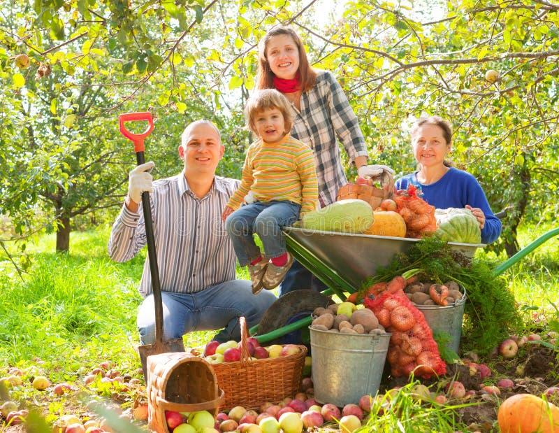 Famiglia felice con il raccolto immagini stock libere da diritti