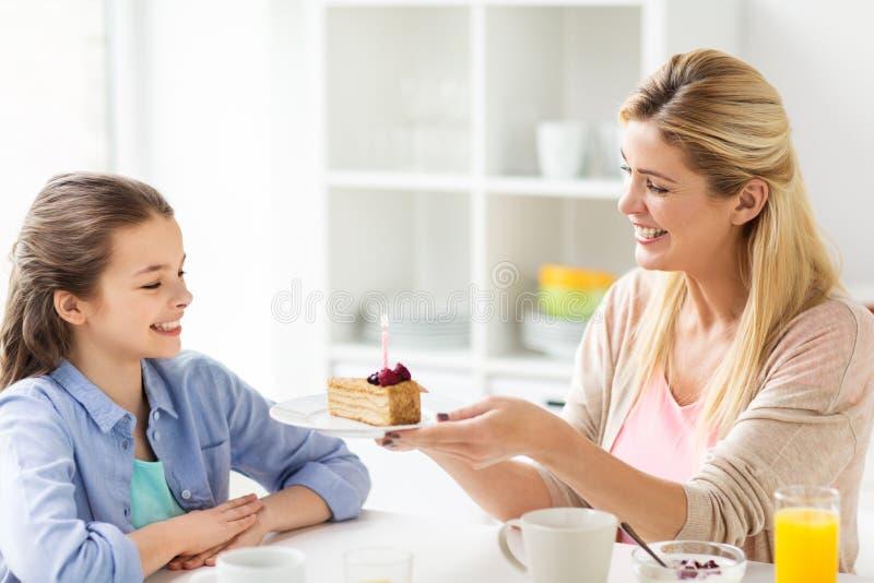 Famiglia felice con la cucina della torta di compleanno a casa fotografie stock libere da diritti