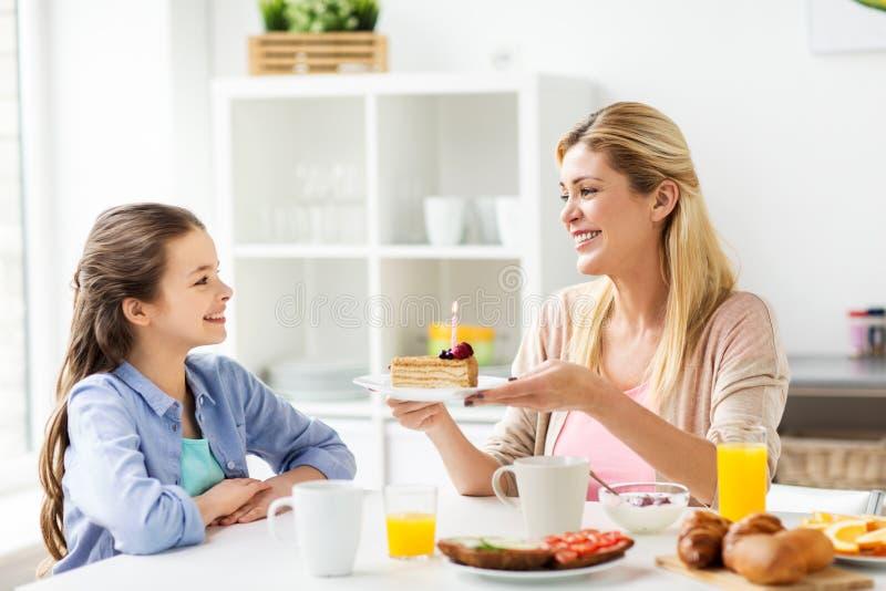Famiglia felice con la cucina della torta di compleanno a casa immagini stock