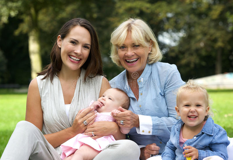 Famiglia felice con la madre, i bambini e la nonna immagini stock