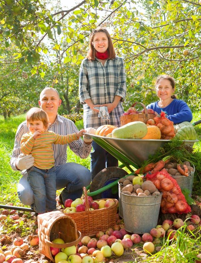 Famiglia felice con la raccolta delle verdure fotografia stock libera da diritti