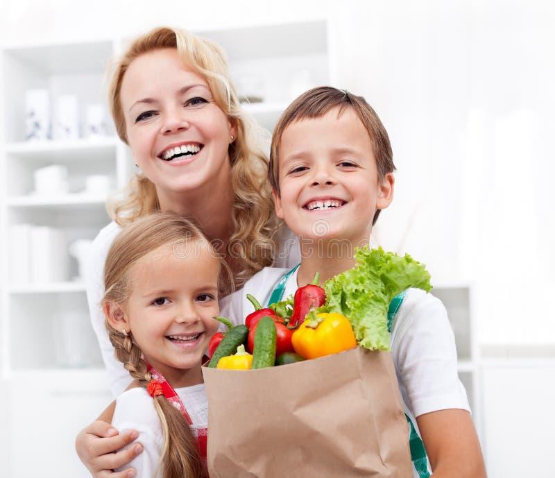 Famiglia felice con le drogherie fotografia stock
