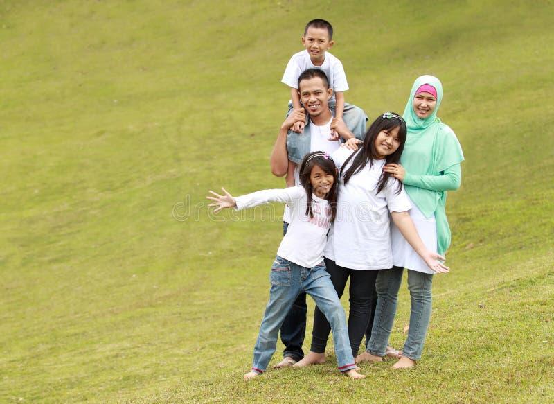 Famiglia felice con tre bambini fotografia stock