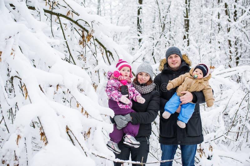 Famiglia felice contro lo sfondo degli alberi innevati immagini stock libere da diritti