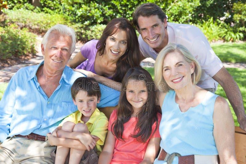 Famiglia felice dei bambini dei nonni dei genitori all'esterno fotografie stock libere da diritti