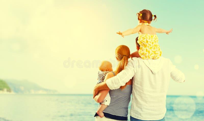Famiglia felice del padre, madre e due bambini, figlio del bambino ed il da fotografia stock