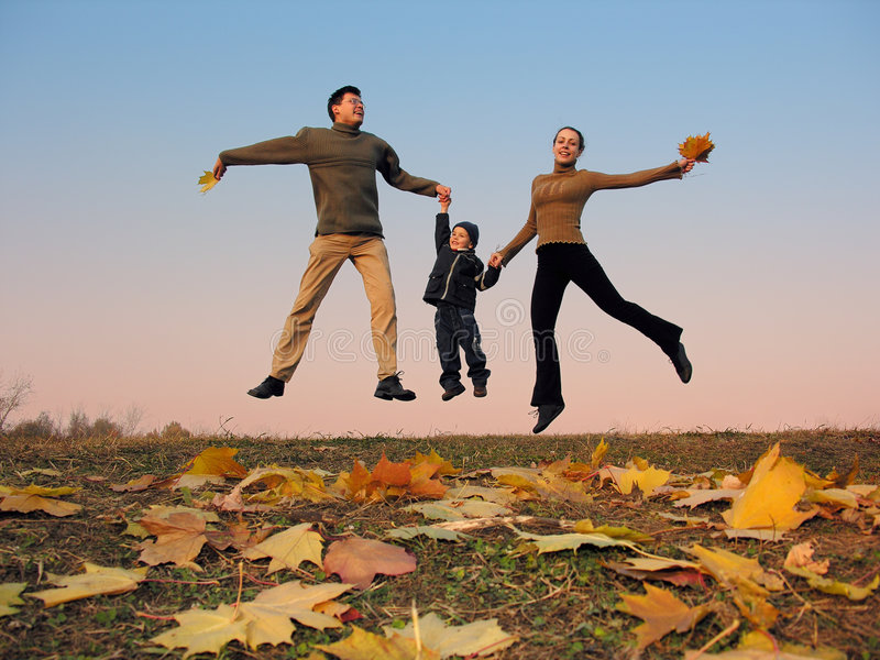 Famiglia felice della mosca con i fogli di autunno fotografia stock libera da diritti