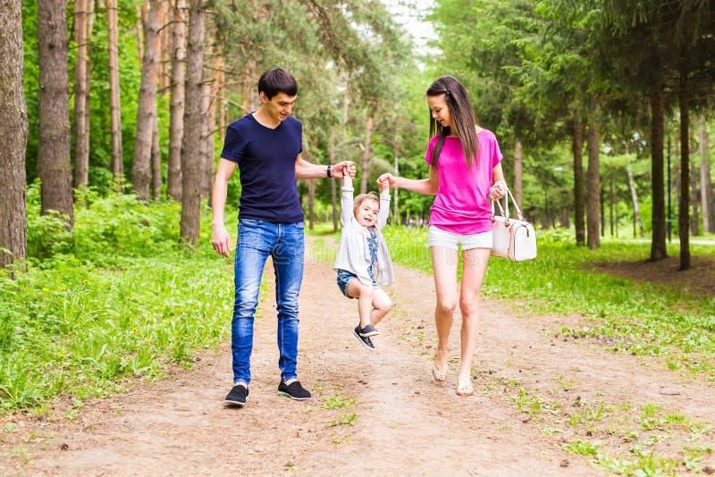 Famiglia felice divertendosi all'aperto e sorridendo fotografia stock libera da diritti