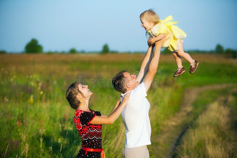 Famiglia felice divertendosi all'aperto nel prato di estate immagini stock libere da diritti
