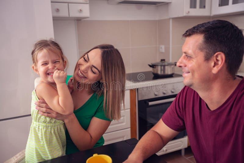 Famiglia felice divertendosi i periodi a casa immagini stock