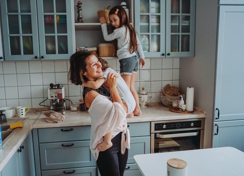 Famiglia felice divertendosi nella cucina fotografie stock