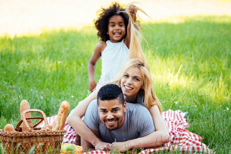 Famiglia felice divertendosi tempo sul picnic fotografie stock