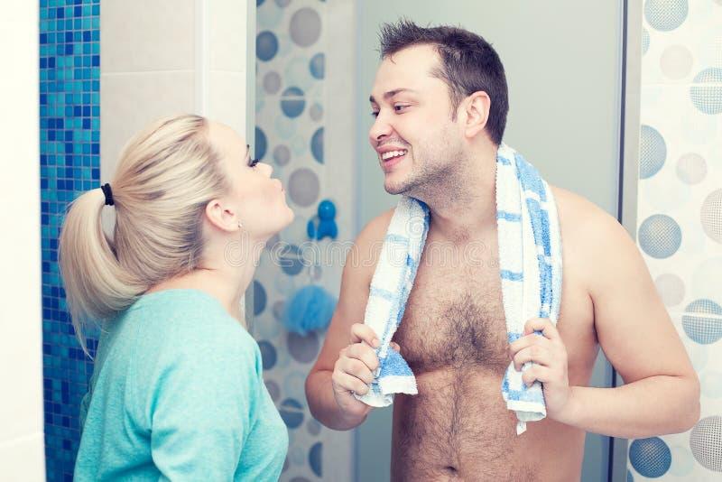 Famiglia felice dopo la doccia di mattina fotografia stock libera da diritti