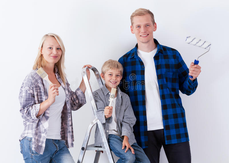 Famiglia felice durante il rinnovamento della casa fotografia stock libera da diritti