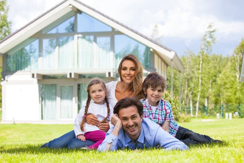 Famiglia felice e la loro casa fotografie stock libere da diritti