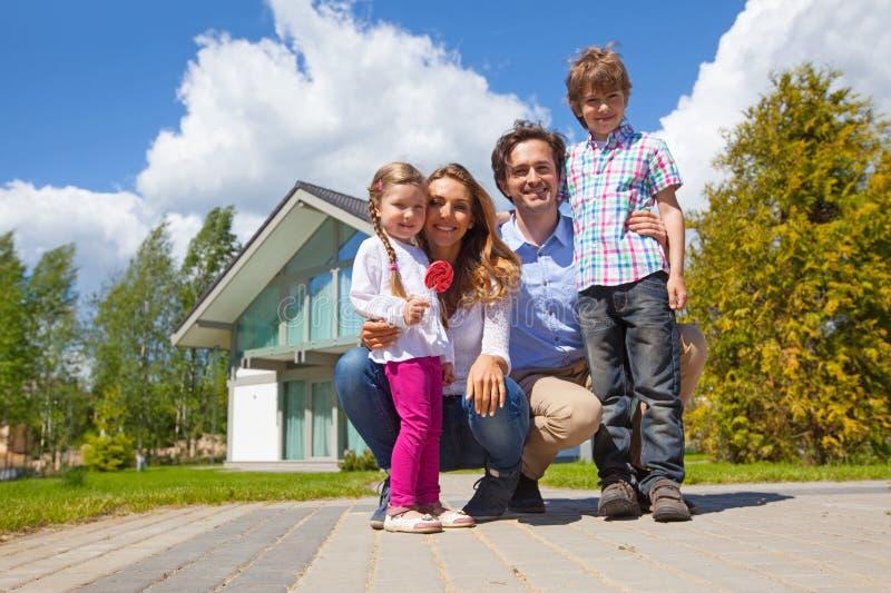 Famiglia felice e la loro casa fotografia stock libera da diritti