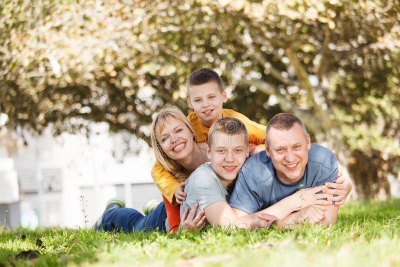 Famiglia felice esterna fotografia stock
