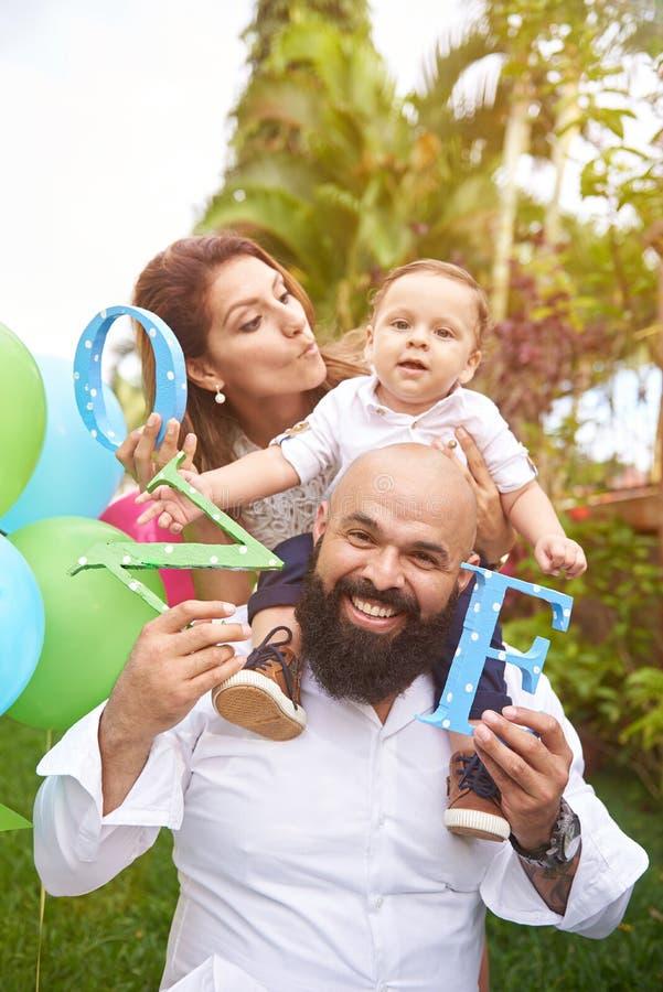 Famiglia felice in giorno di estate fotografie stock libere da diritti