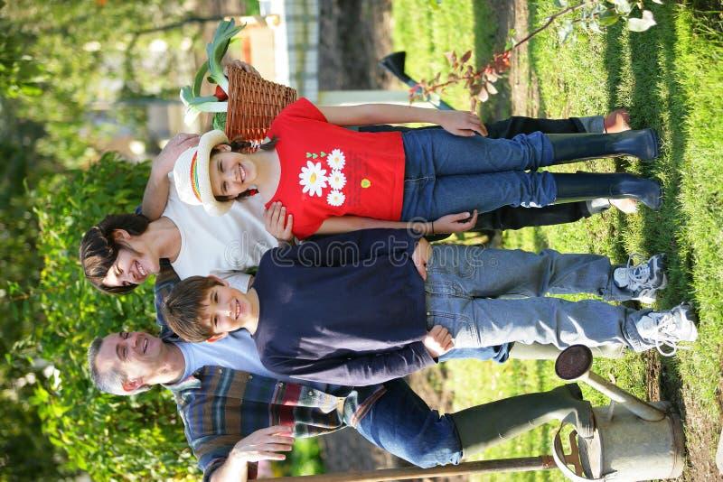 Famiglia felice in iarda fotografie stock