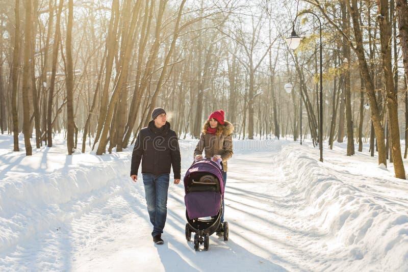 Famiglia felice - il ragazzo della madre, del padre e del bambino su un inverno cammina fotografie stock