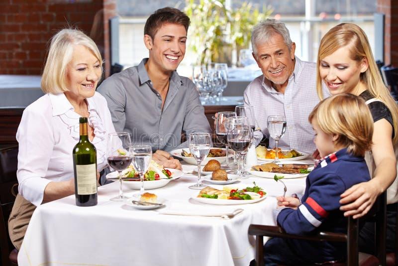 Famiglia felice insieme fotografie stock