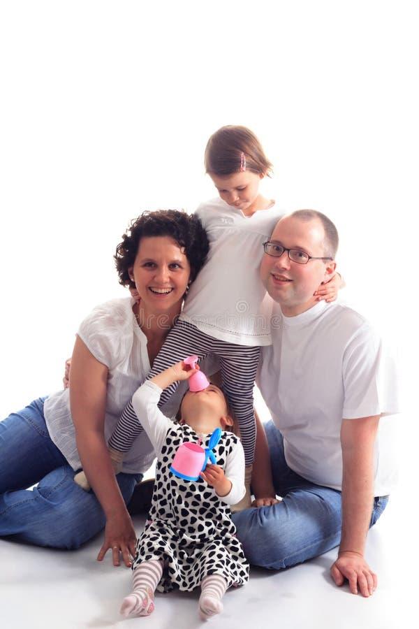 Famiglia felice isolata su priorità bassa bianca fotografia stock libera da diritti