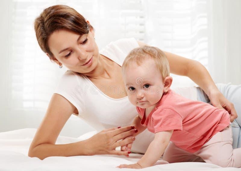 Famiglia felice Madre ed il suo bambino fotografia stock libera da diritti