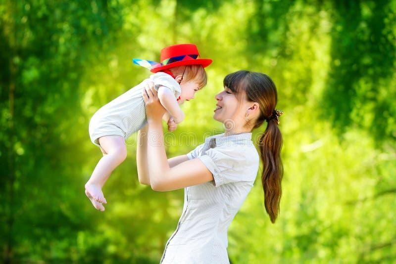 Famiglia felice, mamma e piccolo figlio divertendosi nel parco Estate immagine stock libera da diritti
