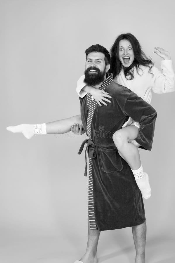 Famiglia felice Mattina perfetta Avere divertimento donna ed uomo barbuto in abito coppie del romantinc nell'amore i pantaloni a  immagine stock