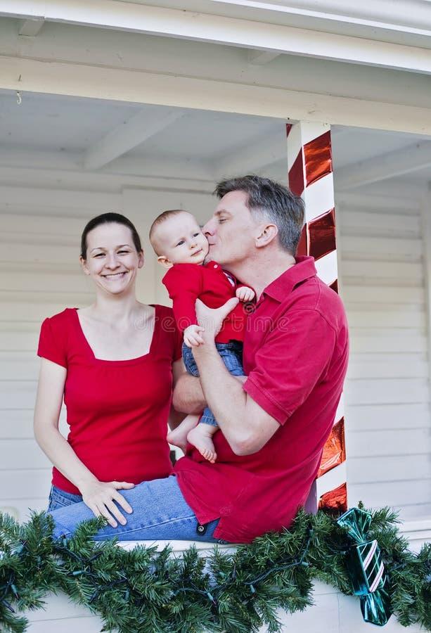 Famiglia felice a natale immagine stock