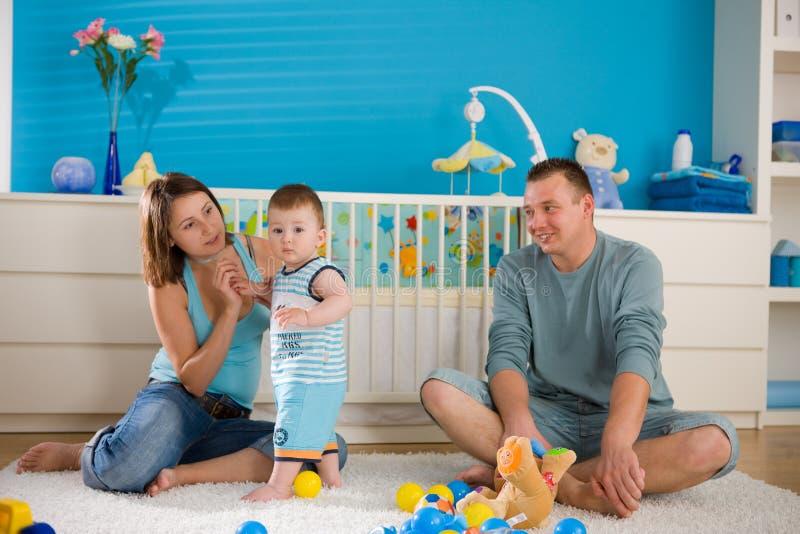 Famiglia felice nel paese fotografia stock libera da diritti