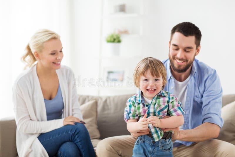 Famiglia felice nel paese fotografia stock