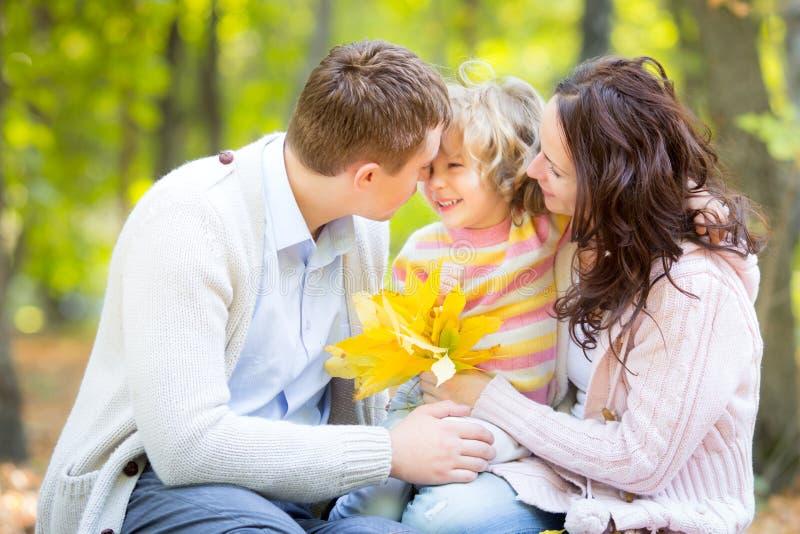 Famiglia felice nel parco di autunno fotografia stock libera da diritti