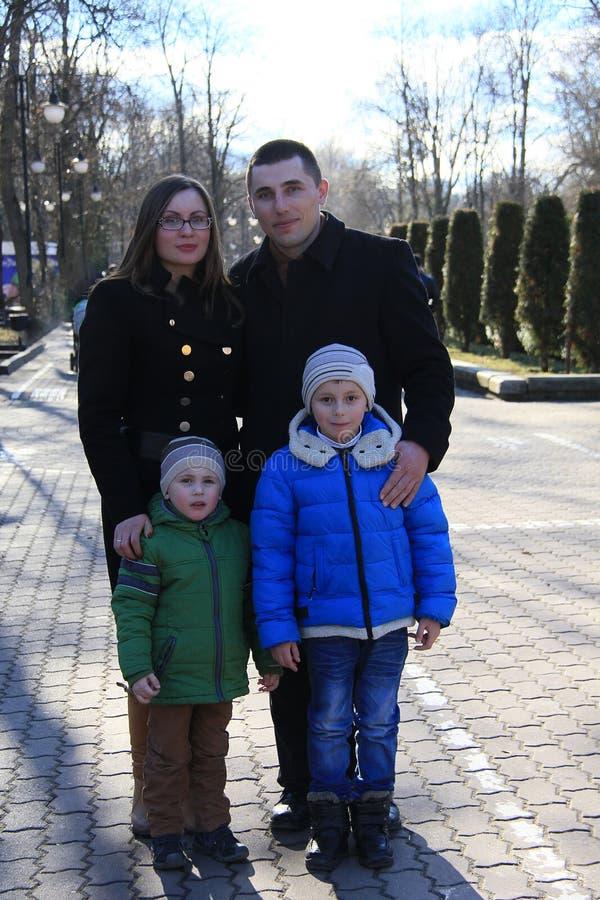 Famiglia felice nel parco nella molla in anticipo fotografia stock libera da diritti