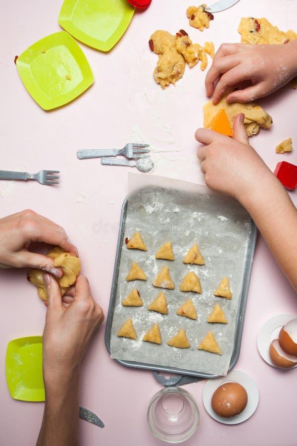 Famiglia felice nel produrre i biscotti a casa Bambini felici, cucinanti alimento sano, vista superiore immagini stock libere da diritti