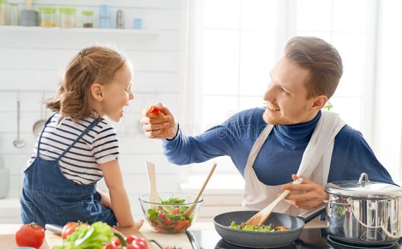 Famiglia felice nella cucina fotografia stock libera da diritti