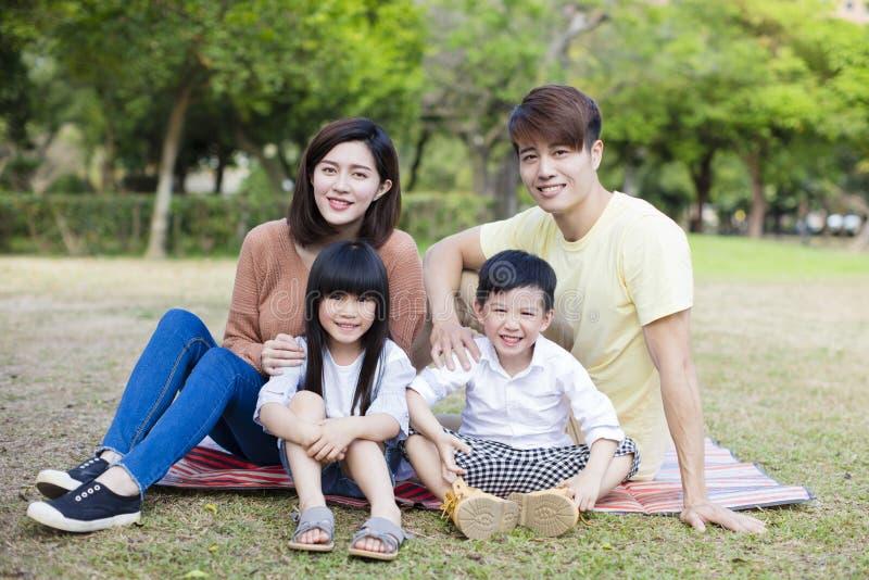 Famiglia felice nella sosta immagini stock libere da diritti