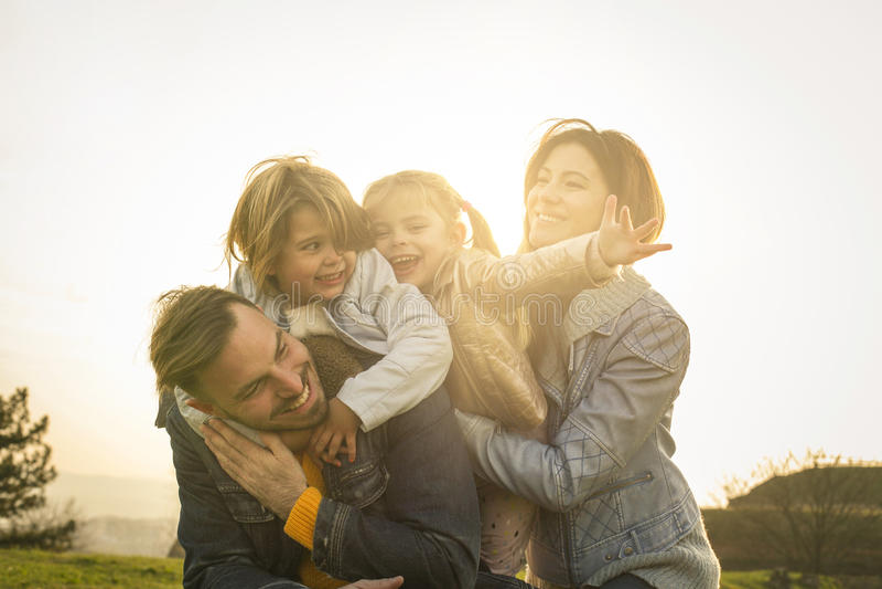 Famiglia felice nella sosta fotografie stock