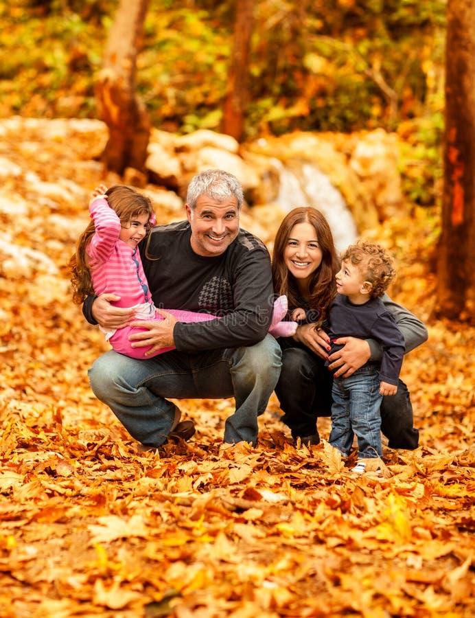 Famiglia felice nella sosta di autunno immagini stock
