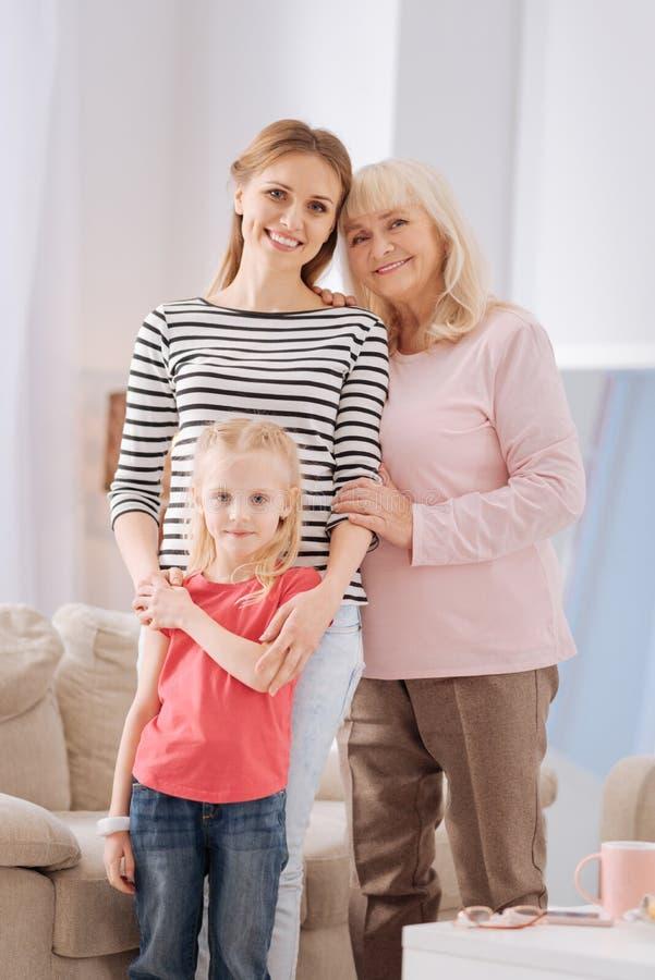 Famiglia felice piacevole che sta insieme immagini stock libere da diritti