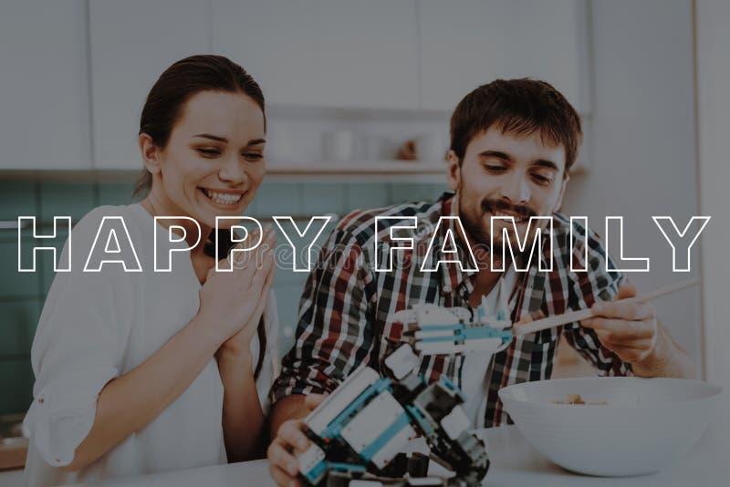 Famiglia felice Robot dell'alimentazione dell'uomo Cucchiaio con insalata fotografie stock libere da diritti