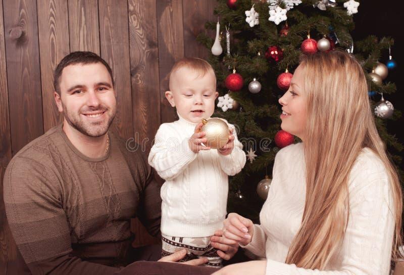 Famiglia felice sopra l'albero di Natale immagine stock libera da diritti