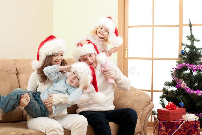 Famiglia felice su natale in salone immagini stock libere da diritti