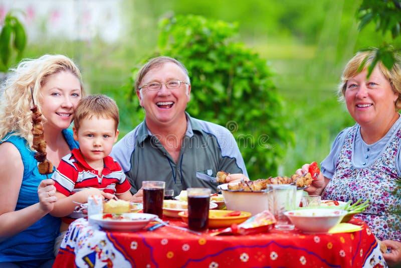 Famiglia felice sul picnic, estate all'aperto fotografia stock libera da diritti