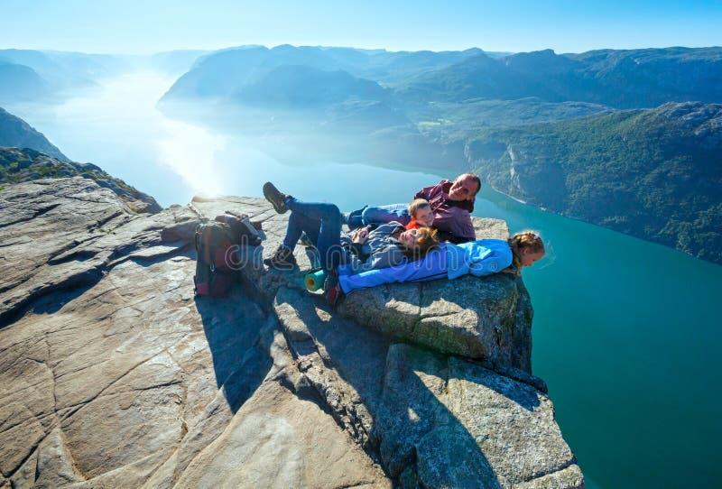 Famiglia felice sulla cima massiccia della scogliera di Preikestolen (Norvegia) fotografia stock