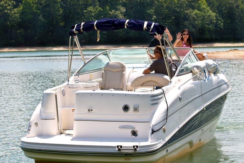 Famiglia felice sulla grande barca immagini stock