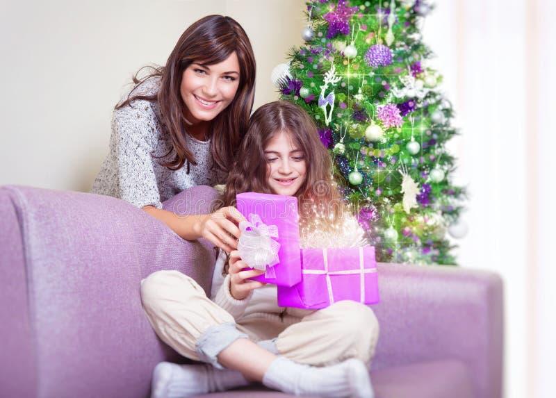 Famiglia felice sulla notte di Natale fotografie stock libere da diritti