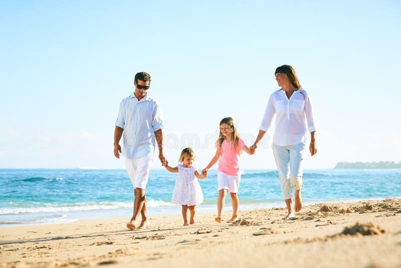 Famiglia felice sulla spiaggia immagine stock libera da diritti
